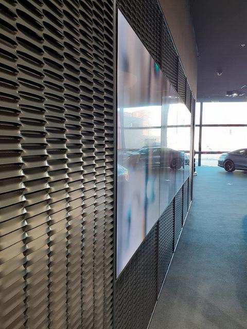 """Дисплей от стены до стены в автосалоне Mercedes Benz """"Автозаводская"""" в Москве"""